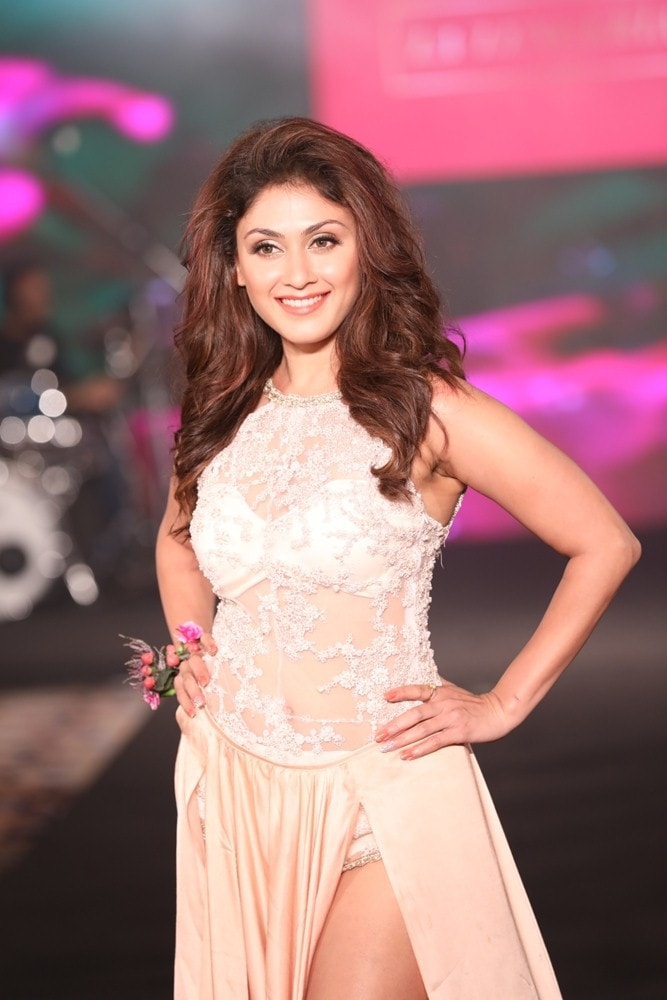 Manjari Fadnis as showstopper for Karishma Jumani at IIFW (1)